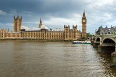 LONDRES, INGLATERRA - 16 DE JUNIO DE 2016: Casas del parlamento, palacio de Westminster, Londres, Inglaterra Foto de archivo