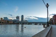 Londres, Inglaterra - 17 de junio de 2016: Crepúsculo en el puente y el río Támesis, Londres de Blackfriars Imagen de archivo libre de regalías