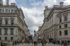 LONDRES, INGLATERRA - 17 DE JUNIO DE 2016: Cuartos y Robert Clive Memorial de guerra de Churchill vistos de la calle de rey Charl Fotografía de archivo libre de regalías