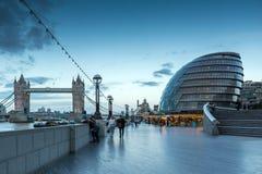 LONDRES, INGLATERRA - 15 DE JUNIO DE 2016: Foto de la noche ayuntamiento y puente de la torre en Londres, Inglaterra Imágenes de archivo libres de regalías