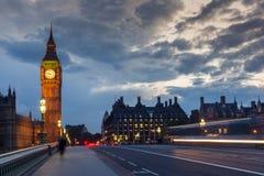 LONDRES, INGLATERRA - 16 DE JUNIO DE 2016: Foto de la noche de casas del parlamento con Big Ben del puente de Westminster, Londre Foto de archivo