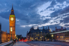 LONDRES, INGLATERRA - 16 DE JUNIO DE 2016: Foto de la noche de casas del parlamento con Big Ben del puente de Westminster, Londre Fotografía de archivo