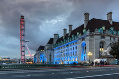 LONDRES, INGLATERRA - 16 DE JUNIO DE 2016: Foto de la noche del ojo y del County Hall de Londres del puente de Westminster, Londr Imagenes de archivo