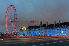 LONDRES, INGLATERRA - 16 DE JUNIO DE 2016: Foto de la noche del ojo y del County Hall de Londres del puente de Westminster, Londr Imagen de archivo