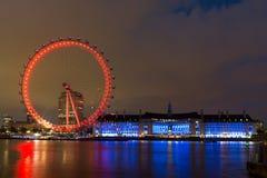 LONDRES, INGLATERRA - 16 DE JUNIO DE 2016: Foto de la noche del ojo y del County Hall, Westminster, Londres, Gran Bretaña de Lond Foto de archivo libre de regalías