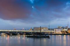 Londres, Inglaterra - 17 de junio de 2016: Foto de la noche del río Támesis y del puente de Blackfriars, Londres Foto de archivo