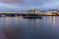 Londres, Inglaterra - 17 de junio de 2016: Foto de la noche del río Támesis y del puente de Blackfriars, Londres Imagen de archivo