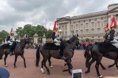 LONDRES, INGLATERRA - 17 DE JUNIO DE 2016: Los guardias reales británicos realizan el cambio del guardia en Buckingham Palace, Lo Foto de archivo libre de regalías