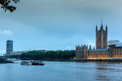 LONDRES, INGLATERRA - 16 DE JUNIO DE 2016: Opinión de la puesta del sol de casas del parlamento, palacio de Westminster, Londres, Fotografía de archivo
