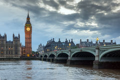 LONDRES, INGLATERRA - 16 DE JUNIO DE 2016: Opinión de la puesta del sol de casas del parlamento, palacio de Westminster, Londres, Imagenes de archivo