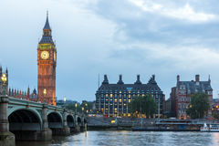 LONDRES, INGLATERRA - 16 DE JUNIO DE 2016: Opinión de la puesta del sol de casas del parlamento, palacio de Westminster, Londres, Fotografía de archivo libre de regalías