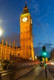 LONDRES, INGLATERRA - 16 DE JUNIO DE 2016: Opinión de la puesta del sol de casas del parlamento y de Big Ben, palacio de Westmins Imagen de archivo