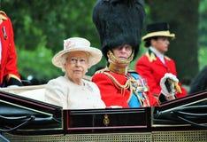 Londres, Inglaterra - 13 de junio de 2015: Reina Elizabeth II en un carro abierto con príncipe Philip para marchar el color 2015  Foto de archivo libre de regalías