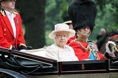 Londres, Inglaterra - 13 de junio de 2015: Reina Elizabeth II en un carro abierto con príncipe Philip para marchar el color 2015  Fotografía de archivo libre de regalías