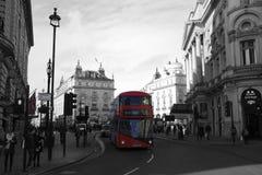 Londres, Inglaterra: 8 de março de 2018: Um circo preto e branco de Piccadilly com uma opinião artística do ônibus vermelho do ôn Foto de Stock Royalty Free