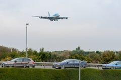 LONDRES, INGLATERRA - 27 DE SEPTIEMBRE DE 2017: Aterrizaje de Airbus A380 HL7627 de las líneas aéreas de Korean Air en el aeropue Imagen de archivo