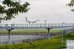 LONDRES, INGLATERRA - 27 DE SEPTIEMBRE DE 2017: Aterrizaje de Pakistan International Airlines Boeing 777 AP-BID en el Internation Fotografía de archivo
