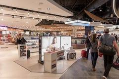 LONDRES, INGLATERRA - 29 DE SETEMBRO DE 2017: Área da partida da verificação do aeroporto de Luton com loja isenta de direitos ad fotos de stock royalty free