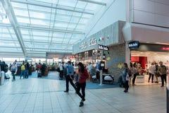 LONDRES, INGLATERRA - 29 DE SETEMBRO DE 2017: Área da partida da verificação do aeroporto de Luton com loja isenta de direitos ad imagem de stock royalty free
