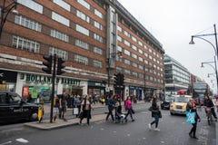 LONDRES, INGLATERRA - 25 DE SETEMBRO DE 2017: Arquitetura da cidade de Londres e rua do centro de Oxford com povos e tráfego Tran foto de stock