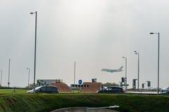 LONDRES, INGLATERRA - 27 DE SETEMBRO DE 2017: Aterrissagem de Airbus A380 das linhas aéreas de British Airways no aeroporto inter Fotos de Stock