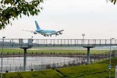 LONDRES, INGLATERRA - 27 DE SETEMBRO DE 2017: Aterrissagem de Airbus A380 HL7627 das linhas aéreas de Korean Air no aeroporto int Fotografia de Stock Royalty Free