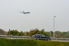 LONDRES, INGLATERRA - 27 DE SETEMBRO DE 2017: Aterrissagem de Boeing 787 Dreamliner C-FRTW das linhas aéreas de Air Canada em Lon Fotos de Stock Royalty Free