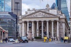 Londres, Inglaterra - el edificio de intercambio real con el tradit móvil imagenes de archivo
