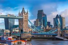 Londres, Inglaterra - el puente famoso de la torre con los autobuses de dos plantas rojos icónicos Imagen de archivo libre de regalías