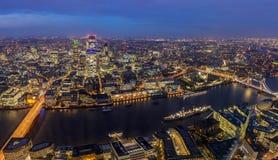Londres, Inglaterra - horizonte aéreo panorámico de Londres por noche Foto de archivo libre de regalías