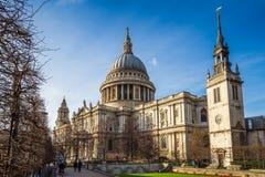 Londres, Inglaterra - la catedral famosa del ` s de StPaul en un día de primavera soleado Fotografía de archivo