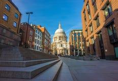 Londres, Inglaterra - la catedral famosa del ` s de StPaul en un día de primavera soleado Imagen de archivo libre de regalías