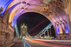 Londres, Inglaterra - la noche tiró de la torre colorida famosa Fotos de archivo