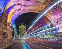 Londres, Inglaterra - la noche tiró del puente colorido de la torre Fotografía de archivo