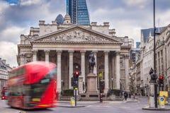 Londres, Inglaterra - ônibus vermelhos icônicos do ônibus de dois andares no movimento Imagem de Stock
