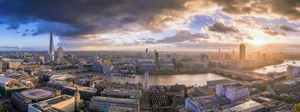 Londres, Inglaterra - opinião panorâmico da skyline de Londres sul no por do sol Fotografia de Stock Royalty Free