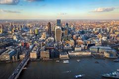 Londres, Inglaterra - opinión aérea del horizonte de la ciudad de Londres en s Foto de archivo