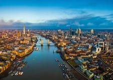 Londres, Inglaterra - opinión aérea panorámica del horizonte de Londres incluyendo el puente de la torre con el autobús de dos pl imagen de archivo
