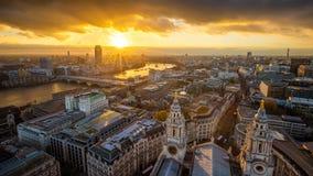 Londres, Inglaterra - opinión panorámica aérea del horizonte de Londres tomada del top de la catedral del ` s de StPaul en la pue fotos de archivo libres de regalías