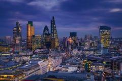 Londres, Inglaterra - opinión panorámica del horizonte del distrito del banco de Londres con los rascacielos de Canary Wharf fotografía de archivo libre de regalías
