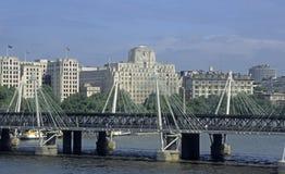 Londres Inglaterra - puente que recorre Fotos de archivo libres de regalías