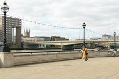 Londres, Inglaterra, Reino Unido - 31 de agosto de 2016: El monje tibetano camina en el banco del río Támesis Fotos de archivo libres de regalías
