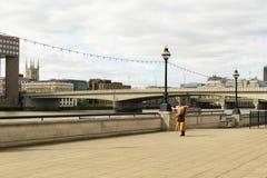 Londres, Inglaterra, Reino Unido - 31 de agosto de 2016: El monje tibetano se coloca en el banco del río Támesis Foto de archivo libre de regalías