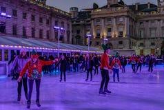 Londres, Inglaterra, Reino Unido - 29 de diciembre de 2016: El patinar sobre hielo en Somers Imagen de archivo libre de regalías