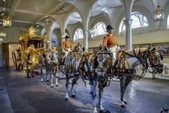 LONDRES, Inglaterra Reino Unido - 15 de febrero de 2016: Mews London real El coche del estado del oro fotos de archivo