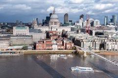 LONDRES, INGLATERRA, vista de uma construção alta à catedral do ` s de St Paul Foto de Stock