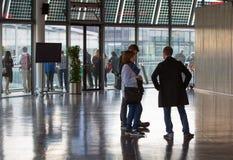 LONDRES, interior da câmara municipal com povos imagens de stock royalty free