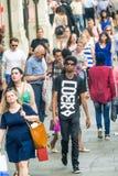 LONDRES - JUIN 2013 : Promenade de touristes le long des rues Londres est v Image stock