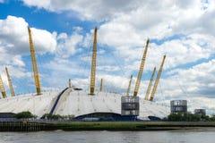 LONDRES - 25 JUIN : Vue du bâtiment O2 de la Tamise Images stock