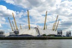 LONDRES - 25 JUIN : Vue du bâtiment O2 de la Tamise Image stock